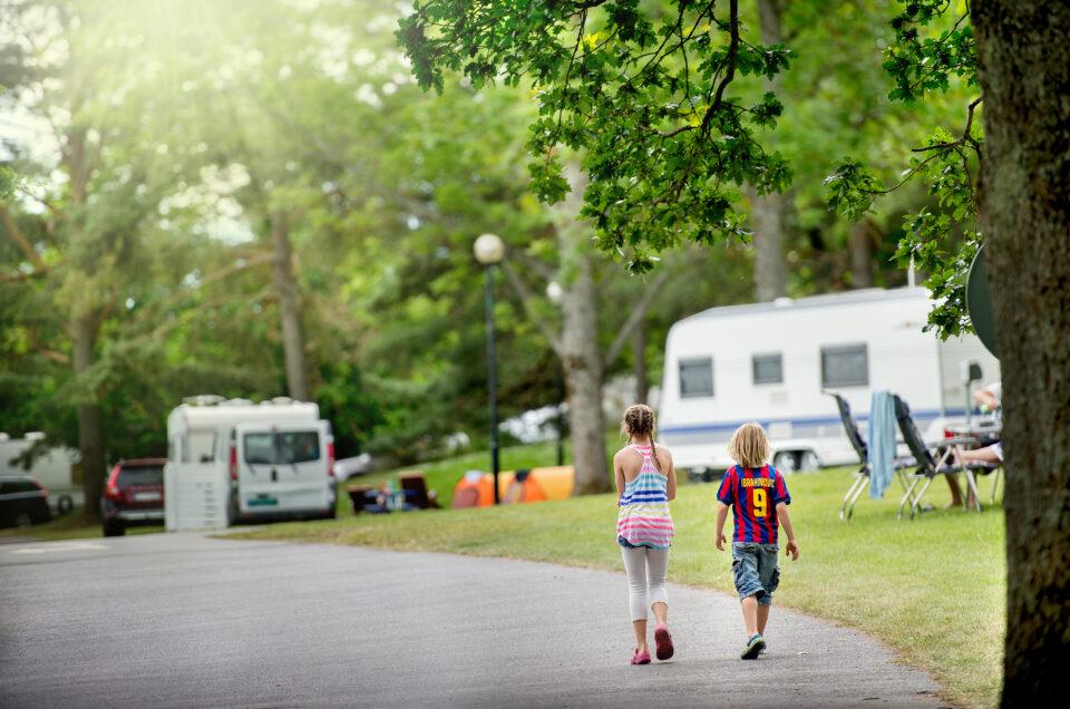 Barn vid campingplats